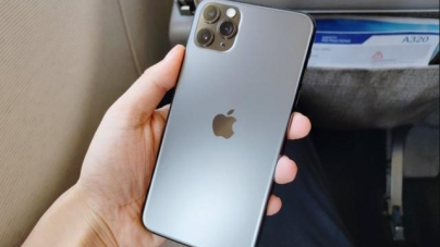 iPhone11ProMax worth 10,000? Compare S10+ to know if the money is on the blade or on the back of the knife.